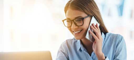 Steuerfachwirt Vorbereitungskurs - Frau ist am telefonieren