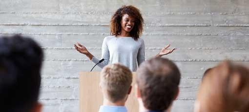 Rhetorik-Training Online - Frau hält Vortrag vor Teilnehmern