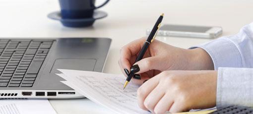 Bilanzbuchhalter IHK Ausbildung - Frau rechnet