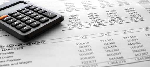 Bilanzmanagement - Abrechnung / Bilanzzusammenfassender Bericht und Rechnungsprüfer, Stift, Laptop PC auf Rechnertisch.